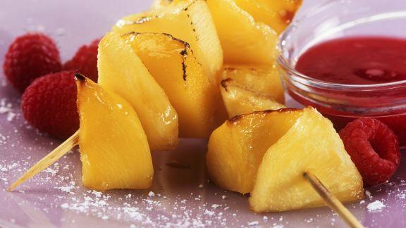 Rezept: Gegrillte Mango-Ananas-Spieße mit Himbeersoße