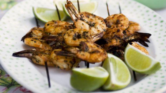 Rezept: Gegrillte Shrimpsspieße mit Limetten