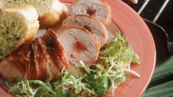 Rezept: Gegrillte Speck-Hähnchenrouladen mit Johannisbeerfüllung