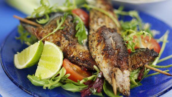 Rezept: Gegrillte Spieße mit Fisch dazu Salat