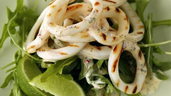 Rezept: Gegrillte Tintenfischringe mit Rucola