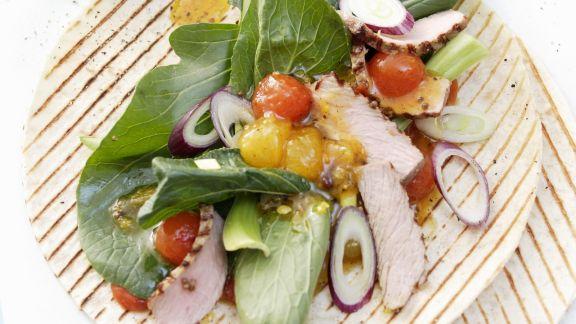 Rezept: Gegrillte Weizentortilla mit Kalbfleisch, Melonenchutney und Senfspinat
