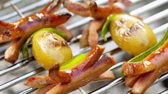 Rezept: Gegrillte Würstchenspieße mit Kartoffeln