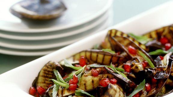 Rezept: Gegrillter Auberginensalat mit Granatapfel und Minze