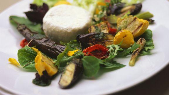 Rezept: Gegrillter Gemüsesalat mit Ziegenkäsetaler