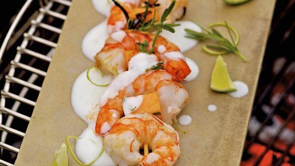 Rezept: Gegrillter Shrimpsspieß mit Zuckermelone und Limettenjoghurt