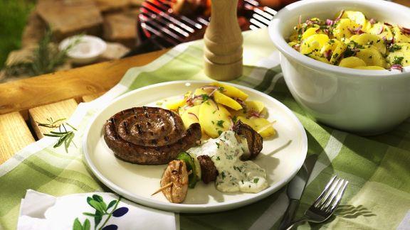 Rezept: Gegrillter Spieß und Wurst mit Kartoffeln