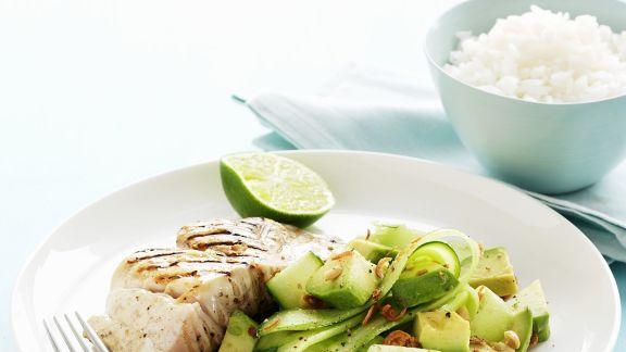 gegrilltes fischfilet mit gurken avocado salat rezept eat smarter. Black Bedroom Furniture Sets. Home Design Ideas