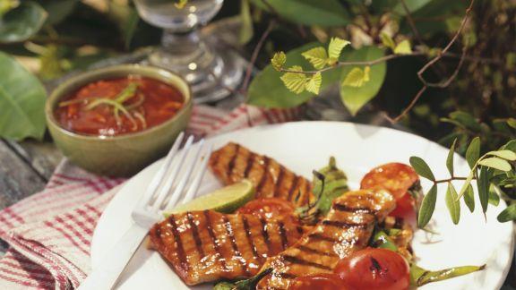 Rezept: Gegrilltes Fleisch mit Tomatensoße und Peperoni