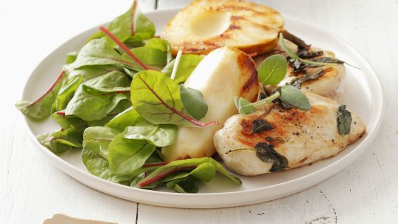 Rezept: Gegrilltes Hühnchen mit Baby-Mangold-Salat und Birne