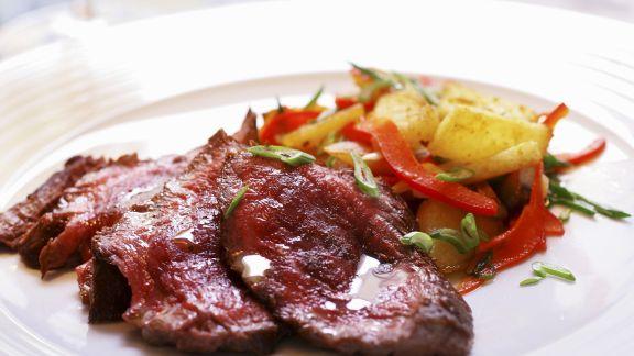 Rezept: Gegrilltes Rindersteak mit Kartoffeln und Paprika-Lauchzwiebel-Gemüse
