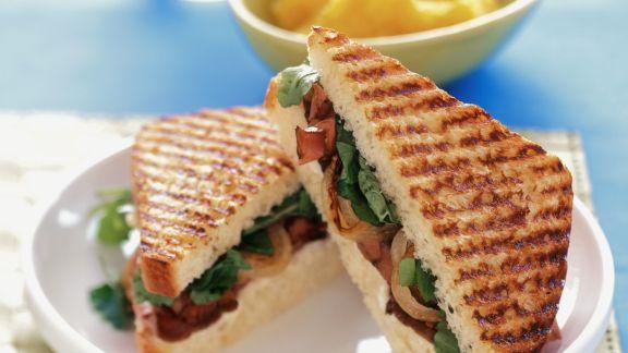 Rezept: Gegrilltes Sandwich mit Roastbeef, Salat und Zwiebeln