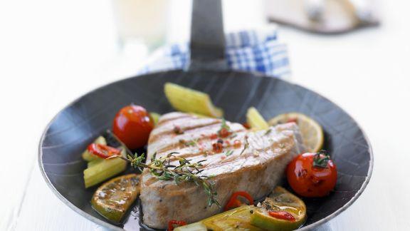 Rezept: Gegrilltes Thunfischfilet mit Gemüse