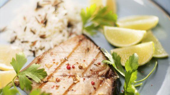Rezept: Gegrilltes Thunfischsteak mit Reis und Limette