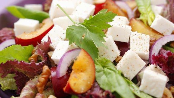 Rezept: Gemischter Blattsalat mit Pflaumen und Ziegenfrischkäse