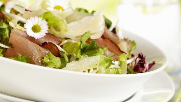 Rezept: Gemischter Blattsalat mit Schinken und Parmesan