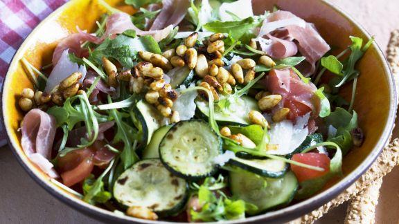 Rezept: Gemischter grüner Salat mit Zucchini, Pinienkernen und Rohschinken