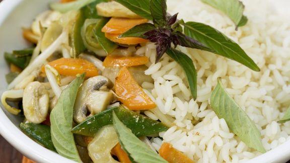 Rezept: Gemischtes Gemüse mit thailändischem Basilikum und Reis