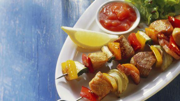 Rezept: Gemüse-Fleisch-Spieße mit Soße und Salat