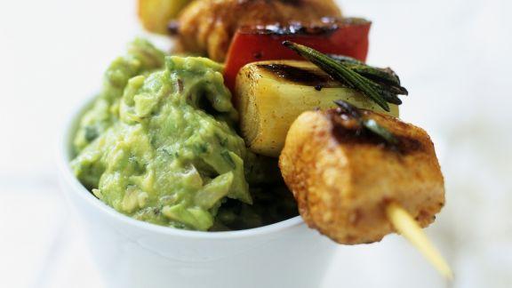 Rezept: Gemüse-Lachs-Spieß mit Avocadocreme auf mexikanische Art (Guacamole)