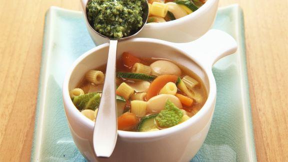 Rezept: Gemüse-Nudel-Suppe mit Pesto