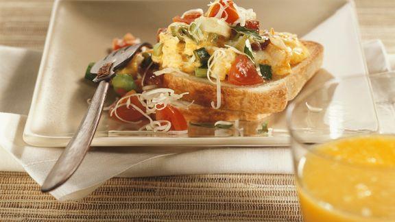 Rezept: Gemüse-Rührei auf Toast