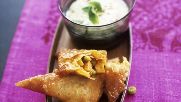 Rezept: Gemüse-Samosas mit Joghurtdip (Raita)