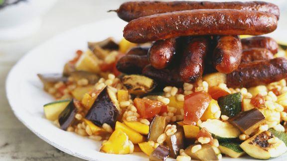 Rezept: Gemüse-Weizen mit Grillwürstchen