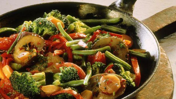 Rezept: Gemüsepfanne mit Brokkoli und Auberginen