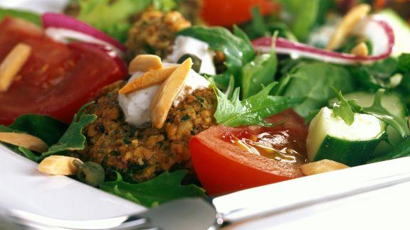 Rezept: Gemüsesalat mit Falafel und Mandeln