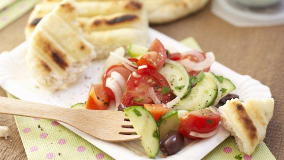 Rezept: Gemüsesalat mit gegrilltem Weißbrot