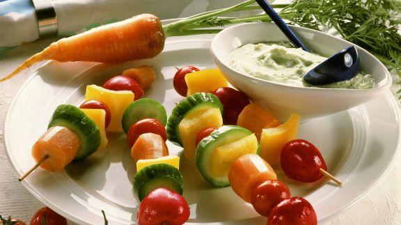 Rezept: Gemüsestückchen am Spieß mit Kräuterdip