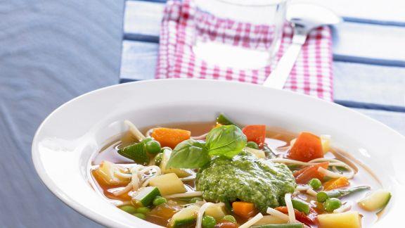 Rezept: Gemüsesuppe mit grünem Pesto