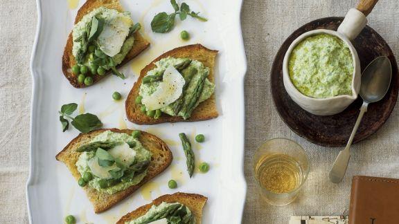 Rezept: Geröstetes Brot mit Erbsen-Spargel-Aufstrich