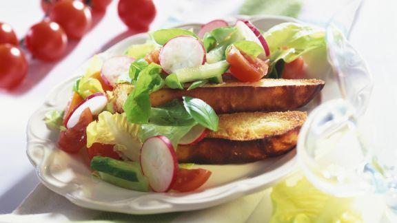 Rezept: Geröstetes Brot mit Knofi-Butter und Radieschensalat
