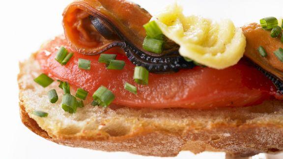 Rezept: Geröstetes Brot mit Tomaten und Miesmuscheln