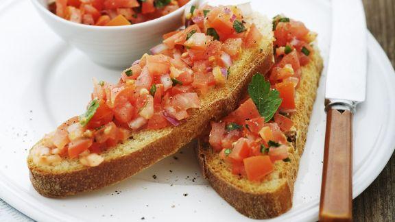 Rezept: Geröstetes Brot mit würzigem Tomatenbelag