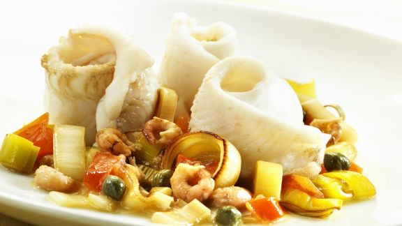Rezept: Gerollte Seezungenfilets mit Shrimps, Kapern, Porree und Tomaten