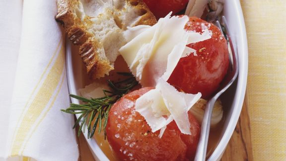 Rezept: Geschmorte Tomaten mit Röstbrot und Käse