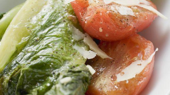 Rezept: Geschmorter Römersalat mit Tomaten und Parmesan