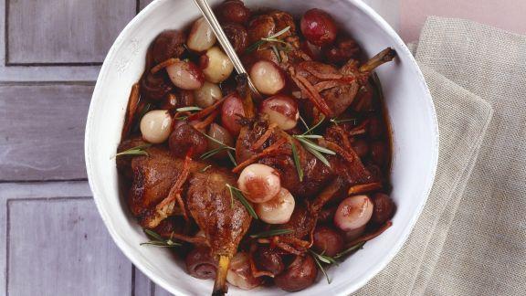 Rezept: Geschmortes Rotweinhähnchen mit Schalotten und Champignons
