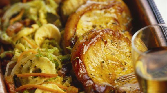 Rezept: Glasierte Schweinekoteletts mit Kohl und Apfelringen
