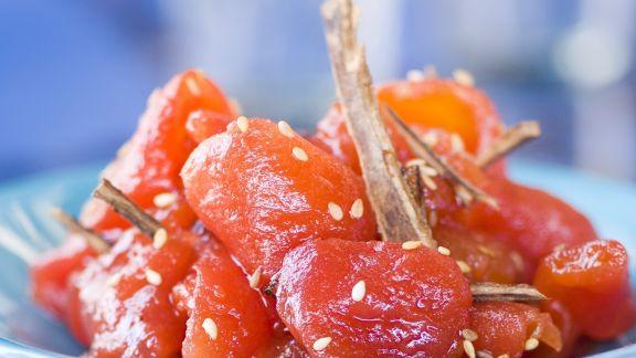 Rezept: Glasierter Tomatensalat mit Sesam und Zimt