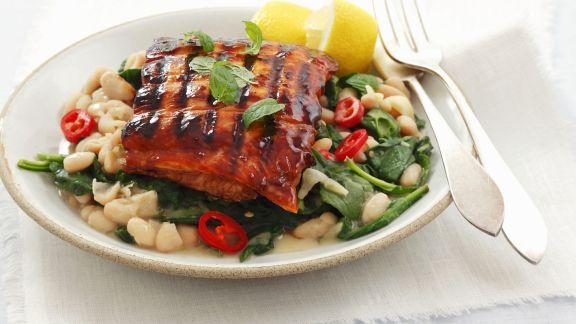 Rezept: Glasiertes Lachsfilet vom Grill mit Spinat und weißen Bohnen