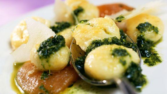 Rezept: Gnocchi mit Rucolasauce und geschmorten Tomaten
