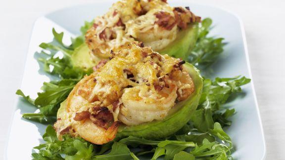 Rezept: Gratinierte Käse-Shrimps in Avocado auf Rucolabett