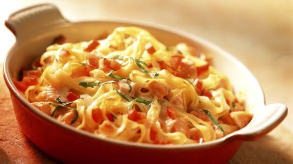 Rezept: Gratinierte Nudeln mit Tomaten und Lachs