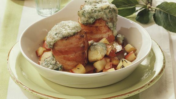 Rezept: Gratinierte Schweinefilets mit Speckwickel und Äpfeln