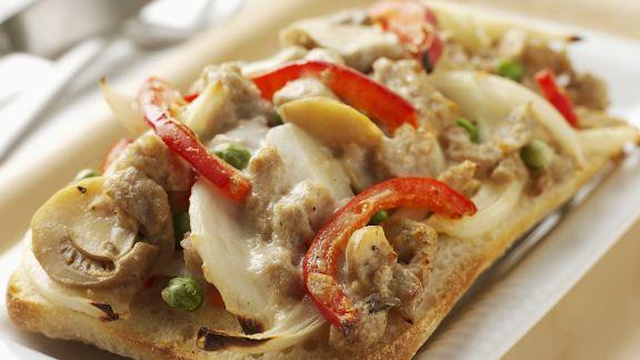 Rezept: Gratiniertes Weißbrot mit Hähnchen und Champignons