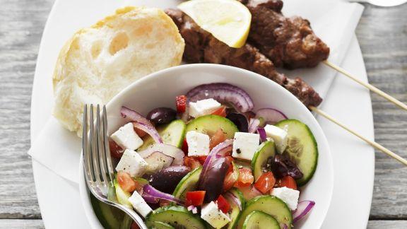 Rezept: Griechische Fleischspießchen und buntem Salat mit Feta